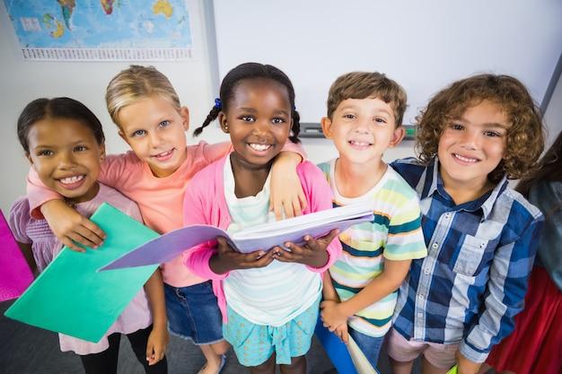 Retrato, crianças, segurando, livro, sala aula