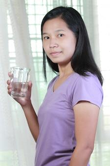 Retrato da água bebendo da mulher tailandesa asiática.