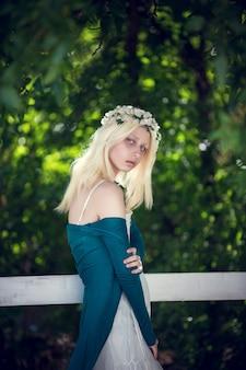 Retrato da arte de menina bonita albino solitário. mulher bonita posando na cidade e olhando para você. dof raso