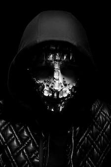 Retrato da arte de um homem encapuzado com grandes strass no rosto. aparência mística misteriosa de um homem. grandes cristais brilham no escuro no rosto do cara. desfocado fora de foco