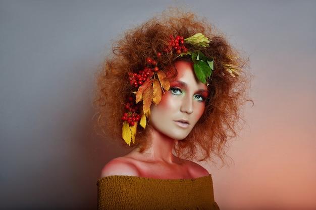 Retrato da arte do outono das mulheres em seu cabelo