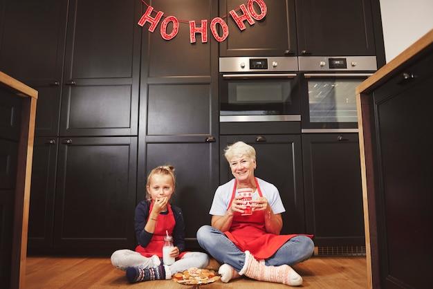 Retrato da avó e da neta na cozinha