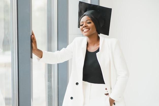 Retrato da bela afro-americana graduada