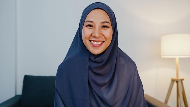 Retrato da bela empresária executiva casual smart olhando para a câmera e sorrindo, feliz na noite do escritório moderno no local de trabalho.