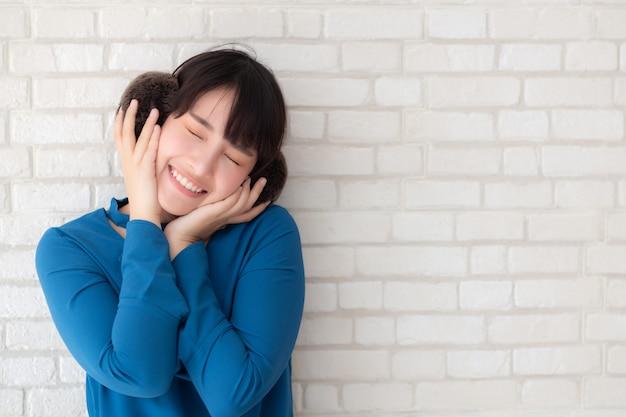 Retrato da bela jovem asiática desfrutar e felicidade em pé no cimento cinza textura grunge parede tijolo fundo