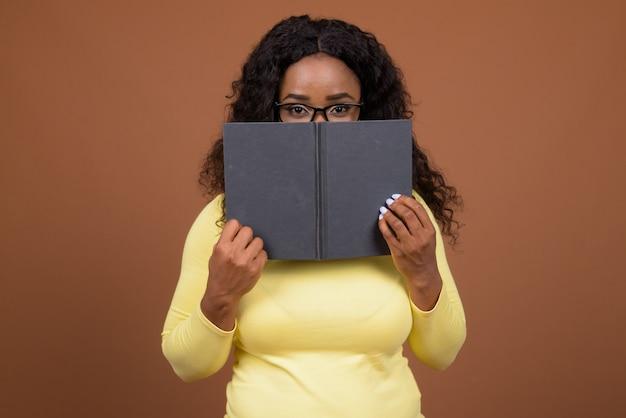 Retrato da bela jovem mulher africana