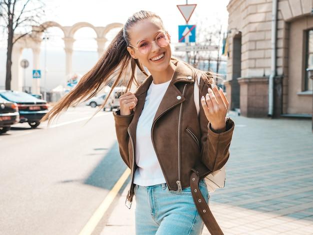 Retrato da bela modelo moreno sorridente, vestido com roupas de jaqueta hipster de verão