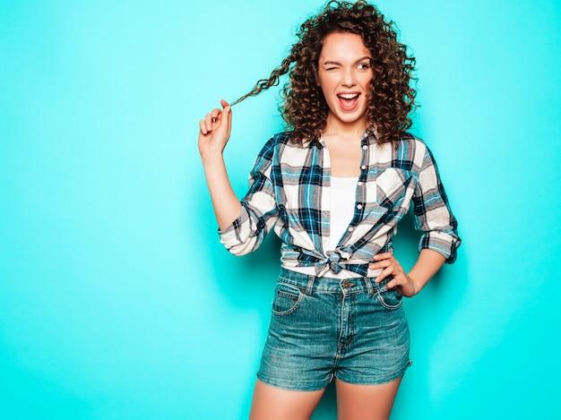 Retrato da bela modelo sorridente com penteado de cachos afro, vestido com roupas de hipster de verão. na moda, mulher engraçada e positiva