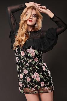 Retrato da bela mulher elegante vestido elegante