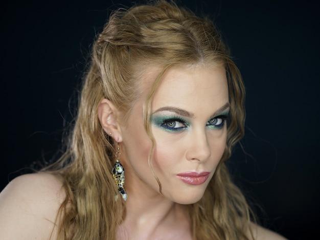 Retrato da bela mulher jovem sexy com maquiagem facial perfeita, pele saudável fresca macia e cílios pretos longos grossos.