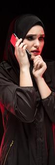 Retrato da bela mulher muçulmana assustada assustada e assustada, vestindo preto hijab, pedindo ajuda, preto