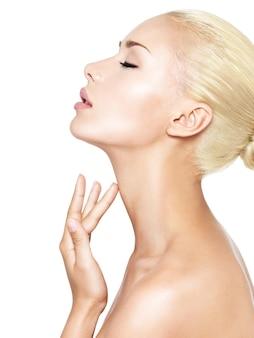 Retrato da bela mulher que toca o pescoço pelos dedos