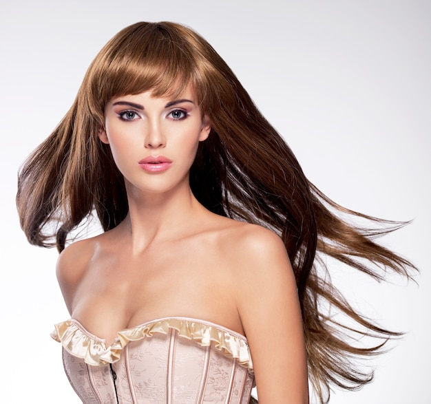 Retrato da bela mulher sexy com cabelo comprido. modelo com penteado liso