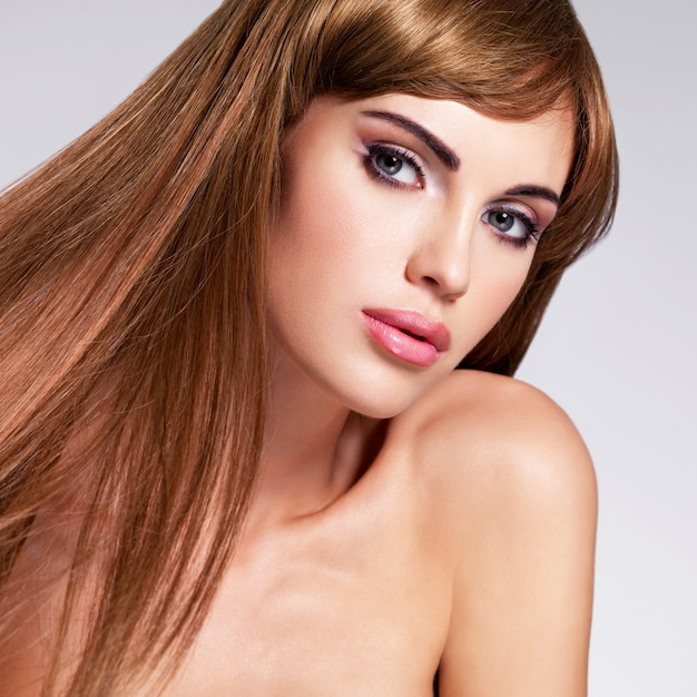Retrato da bela mulher sexy com cabelo comprido