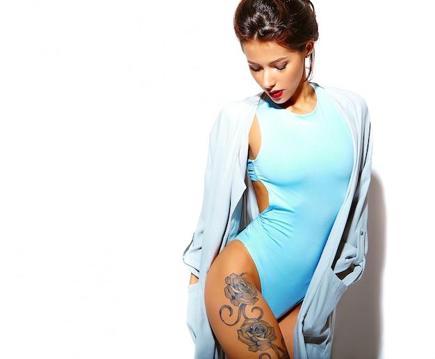 Retrato da bela sorridente quente mulher morena sexy garota má em lingerie casual verão corpo azul sobre fundo branco