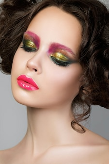 Retrato da beleza da jovem modelo morena com maquiagem criativa em látex líquido moderno