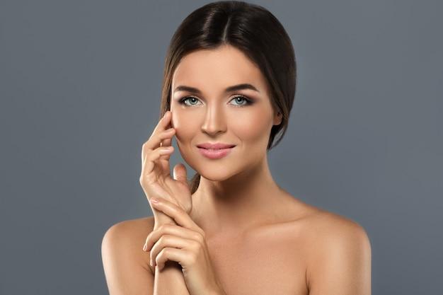 Retrato da beleza da jovem mulher adorável