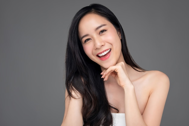 Retrato da beleza da mulher bonita feliz aasian em fundo cinza