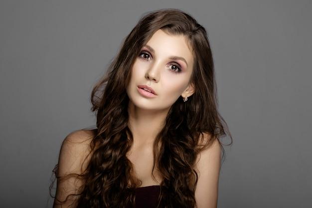 Retrato da beleza da mulher jovem e atraente, belos lábios e maquiagem. beleza natural, cuidados faciais, pele limpa