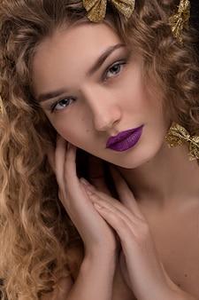 Retrato da beleza da mulher jovem e elegante.