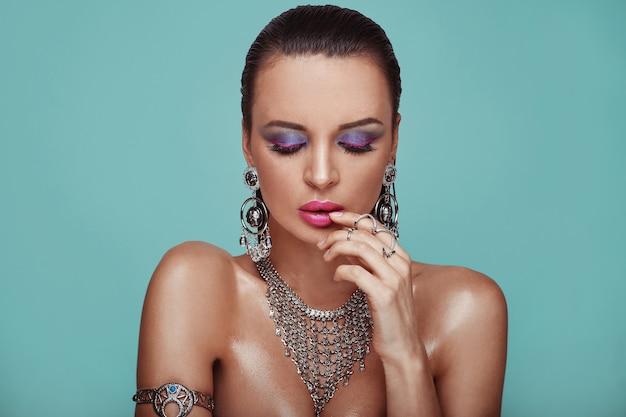Retrato da beleza da mulher sexy dos jovens ganhos