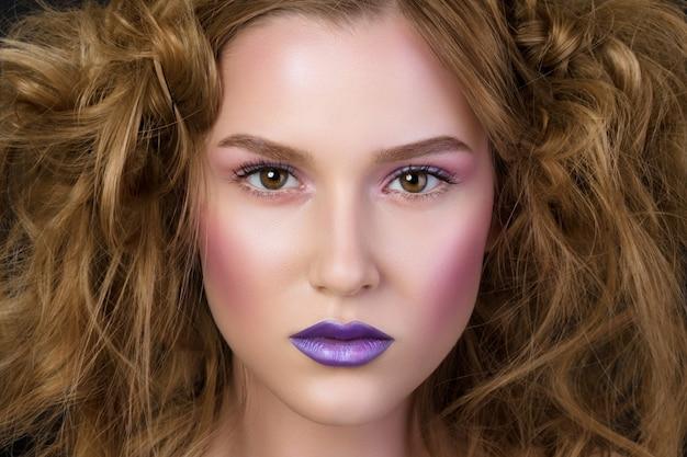 Retrato da beleza de jovem com maquiagem de pódio de moda. pele molhada, lábios e bochechas roxas