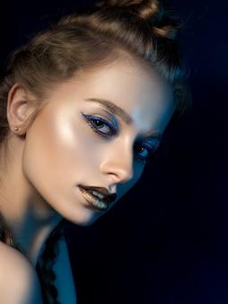 Retrato da beleza de jovem com maquiagem moderna.