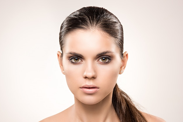 Retrato da beleza de menina com maquiagem nude.