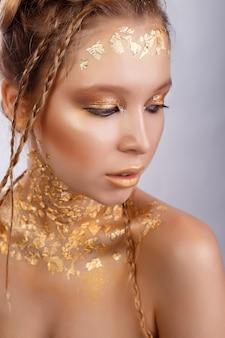 Retrato da beleza de mulher bonita. retrato de ouro