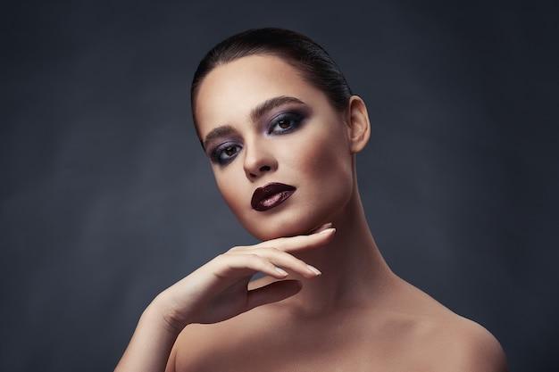 Retrato da beleza de mulher com maquiagem de olhos esfumados