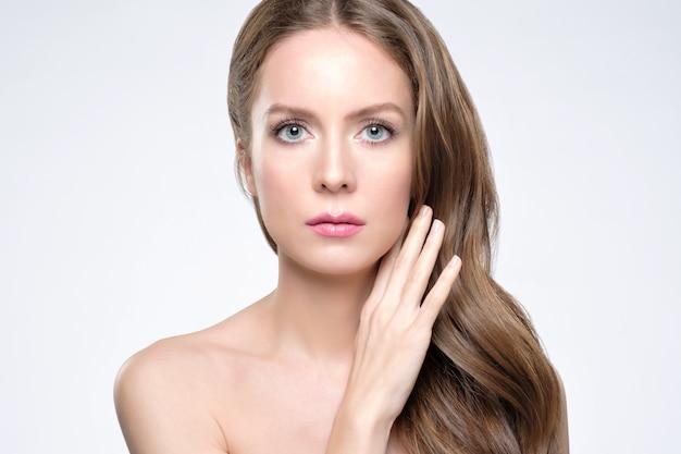 Retrato da beleza de rosto feminino com pele natural e maquiagem
