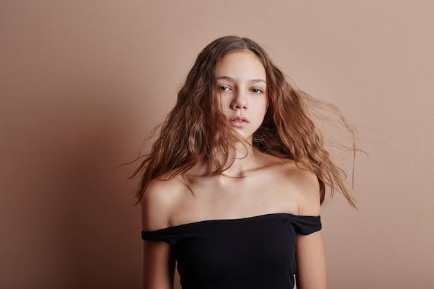 Retrato da beleza de um cabelo comprido jovem