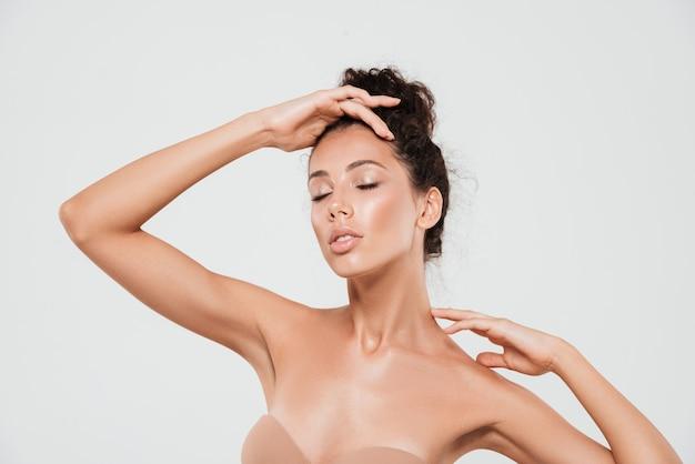 Retrato da beleza de uma bela jovem com pele saudável