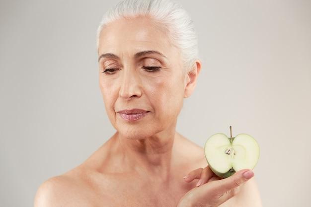 Retrato da beleza de uma bela mulher idosa seminua