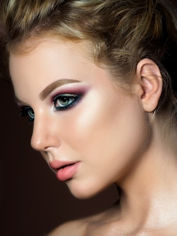 Retrato da beleza de uma jovem com uma pele perfeita e maquiagem da moda