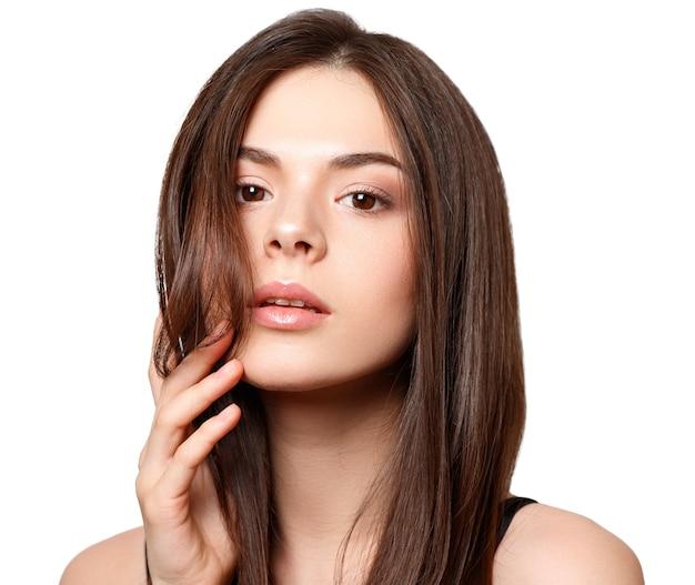 Retrato da beleza de uma jovem morena de olhos castanhos e cabelo liso comprido esvoaçante