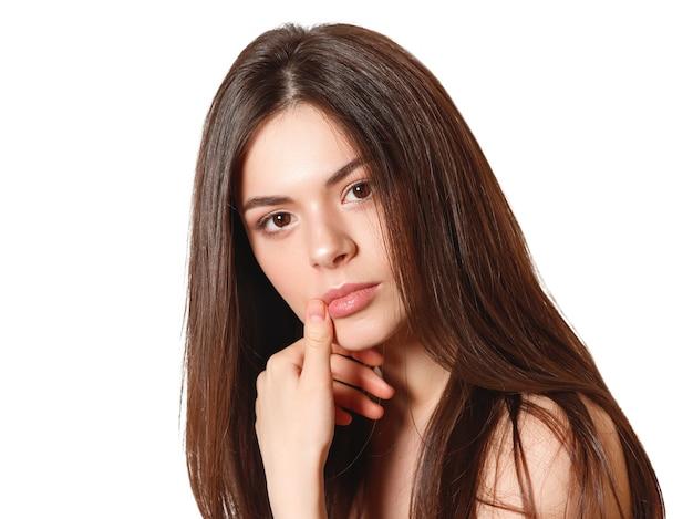 Retrato da beleza de uma jovem mulher bonita com olhos castanhos e cabelo liso comprido esvoaçante