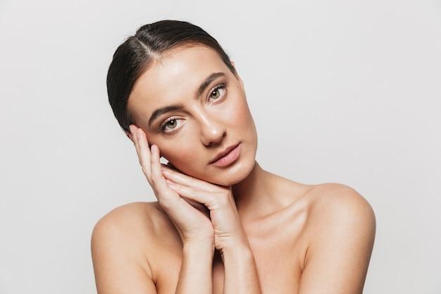 Retrato da beleza de uma jovem mulher de topless isolada, posando