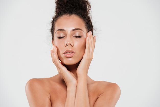 Retrato da beleza de uma jovem mulher sensual com pele saudável