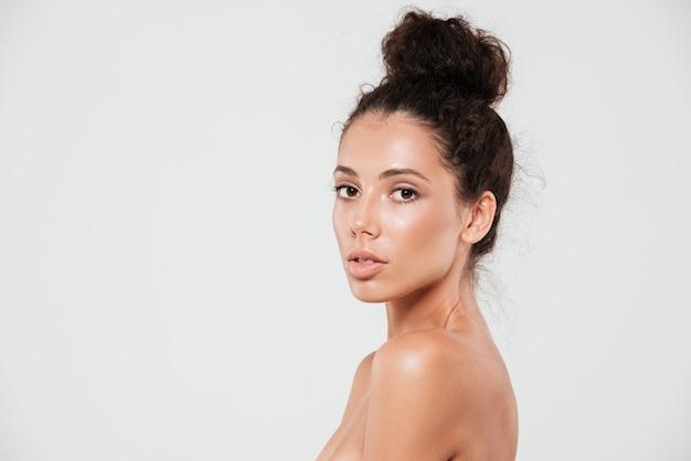 Retrato da beleza de uma jovem sensual com pele saudável