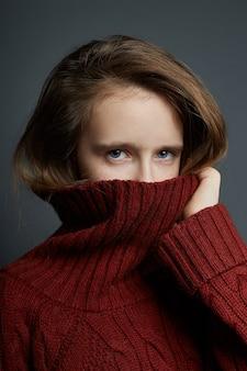 Retrato da beleza de uma linda jovem em uma parede escura. cosméticos para adolescentes, tratamento da acne