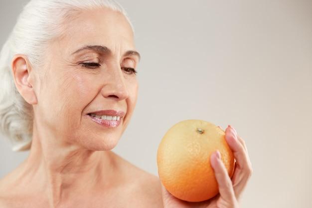 Retrato da beleza de uma linda mulher idosa seminua