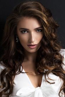 Retrato da beleza de uma linda mulher