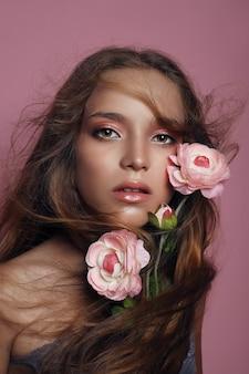 Retrato da beleza de uma menina com maquiagem perfeita no rosto, sombra colorida, cabelos muito bonitos