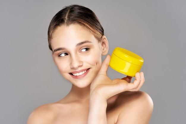 Retrato da beleza de uma menina, cuidados com a pele facial, procedimento de beleza