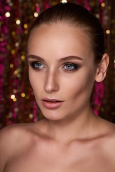 Retrato da beleza de uma modelo de alta costura com luzes de néon coloridas posando