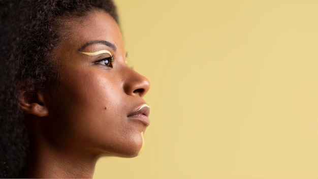 Retrato da beleza de uma mulher afro com maquiagem étnica
