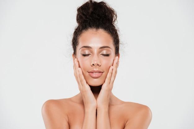 Retrato da beleza de uma mulher bonita sorridente com pele saudável