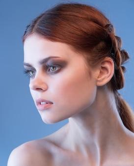 Retrato da beleza de uma mulher com maquiagem elegante smokey ice