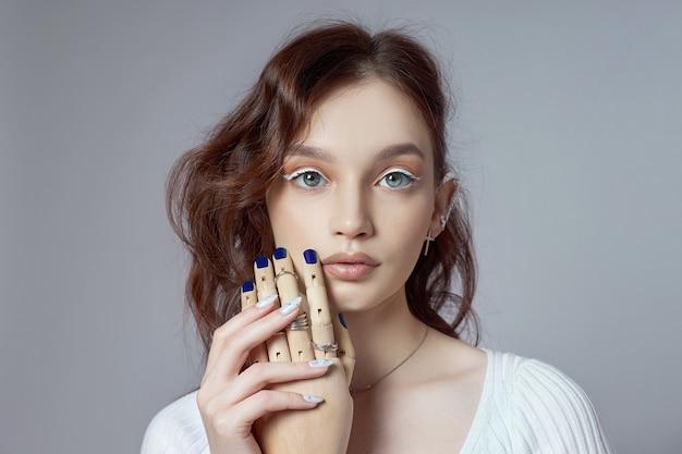 Retrato da beleza de uma mulher com maquiagem natural e unhas pintadas